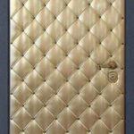Дверь с отделкой кожзаменитель золотого цвета