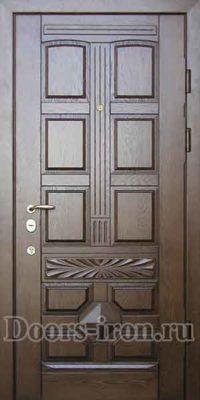 Входная дубовая дверь коричневого цвета