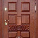 Входная дубовая дверь красно коричневого цвета