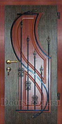 Входная дверь с ковкой красно коричневого цвета