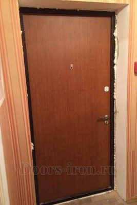 Входная дверь в квартиру внутренней отделкой ламинат