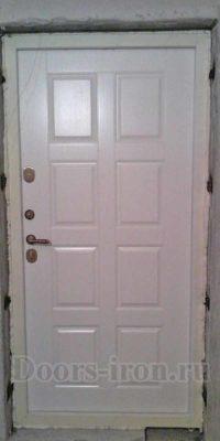 Белая входная дверь с отделкой мдф