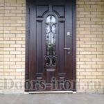 Дорогая входная металлическая дверь с отделкой МДФ, стеклом и ковкой