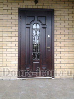 Стальная дверь с отделкой МДФ, стеклом и ковкой