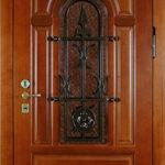 Дверь парадная одностворчатая из красного дерева с элементами ковки