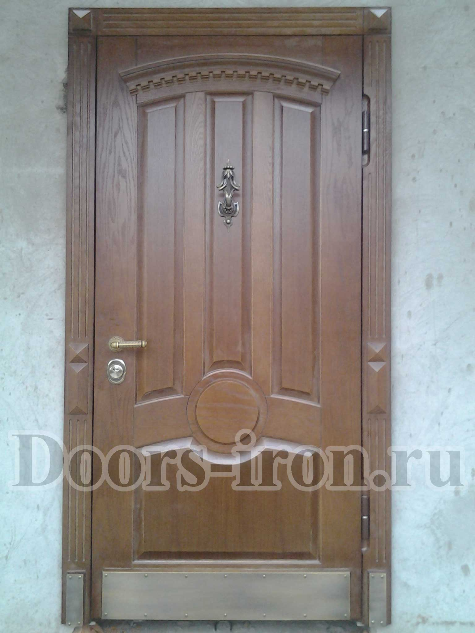 Дубовая входная металлическая двери в частный дом