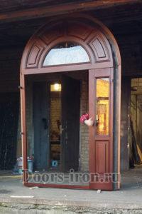 Сборка парадной арочной двери с ковкой и стеклом