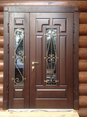Дверь парадная двустворчатая со стеклом в малой створке