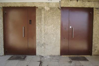 Металлические двери в подъезд с домофоном