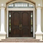 Рис. 1 Входная дверь в частном доме