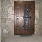 Рис. 2 Металлическая дверь в подъезде