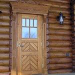 Рис. 2 Деревянная входная дверь