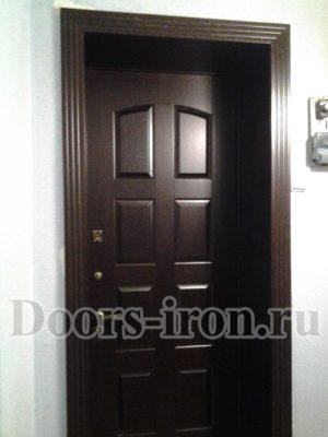 Темно — бордовая входная дверь мдф