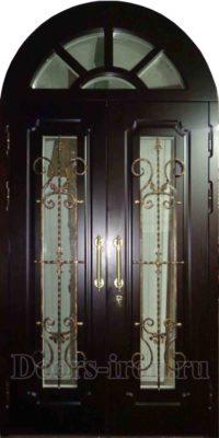 Арочная двустворчатая дверь со стеклом и ковкой