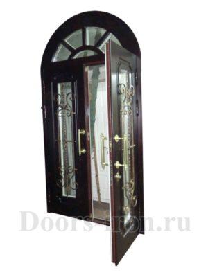 Дубовая арочная двустворчатая входная дверь со стеклом и ковкой цвет красное дерево