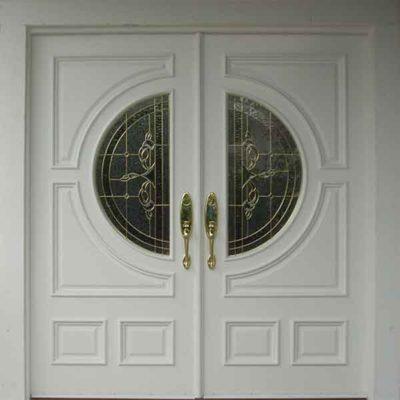 Двухстворчатая металлическая дверь с круглым стеклом и ковкой
