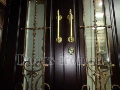 Элитная двустворчатая входная дверь со стеклом и ковкой