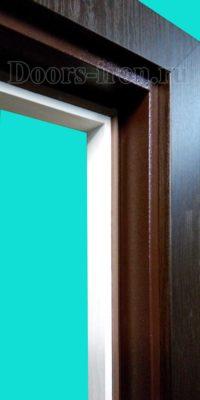 Входная элитная дверь шоколадного цвета наличник