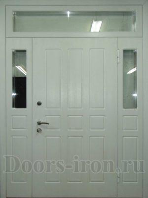 Широкая высокая металлическая дверь со вставками по бокам и сверху