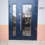 Остекленная входная двухстворчатая входная дверь