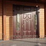 Широкая входная дверь со стеклянными вставками по бокам