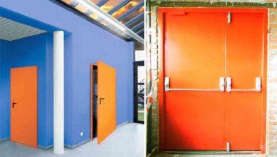 Синяя красная белая металлическая дверь