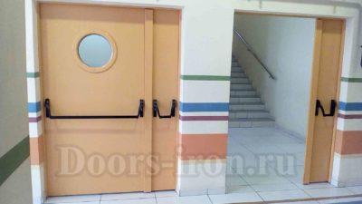 Полуторная противопожарная дверь с круглым окном изнутри