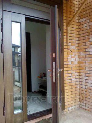 Двустворчатая входная дверь со стеклопакетом