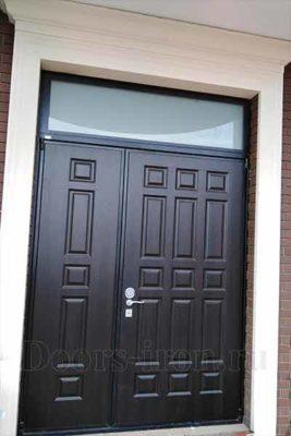 Двустворчатая входная дверь со стеком сверху