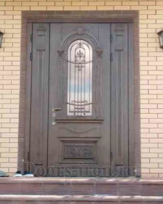 Установленная дверь со стеклом и ковкой из ясеня