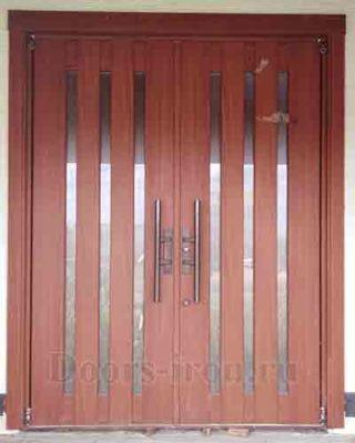 Установленная входная дверь с зеркальными вставками