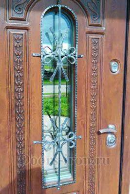 Элементы ковки на входной двери со стеклом