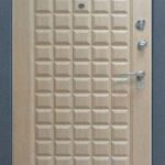 Входная дверь в квартиру желто серая