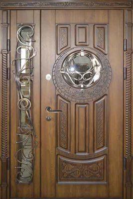 Полуторная стальная дверь для коттеджа со стеклом и ковкой