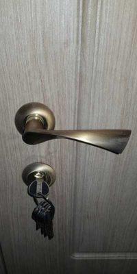 Бежевая входная дверь