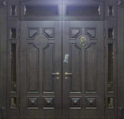 Двустворчатая входная дверь со стеклянными вставками сверху и сбоку