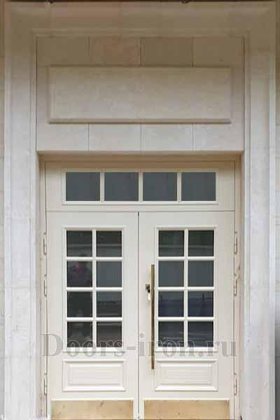 Остекленная двустворчатая входная дверь