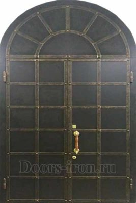 Входная двустворчатая арочная дверь с кованой решеткой