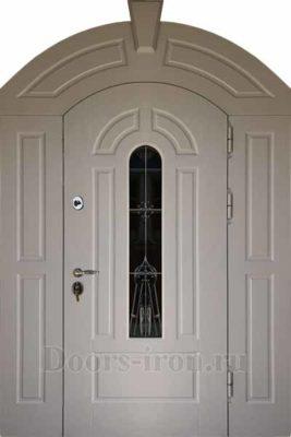 Широкая арочная входная дверь