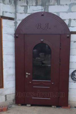 Широкая арочная металлическая дверь со стеклом