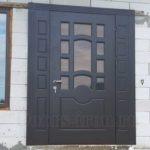 Широкая входная дверь железно-серого цвета со стеклом