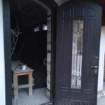 Входная арочная дверь для честного дома