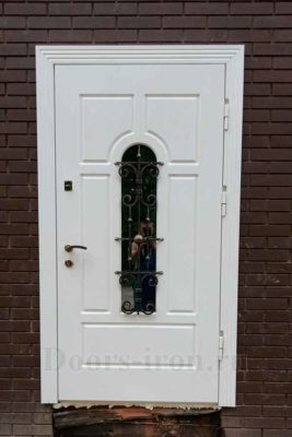 Белая входная дверь для кирпичного дома