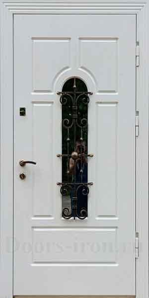 Белая входная дверь со стеклом и ковкой