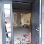 Входная дверь с зеркальными вставками
