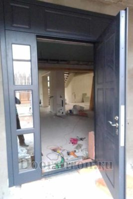 Большая стальная дверь с зеркальным вставками