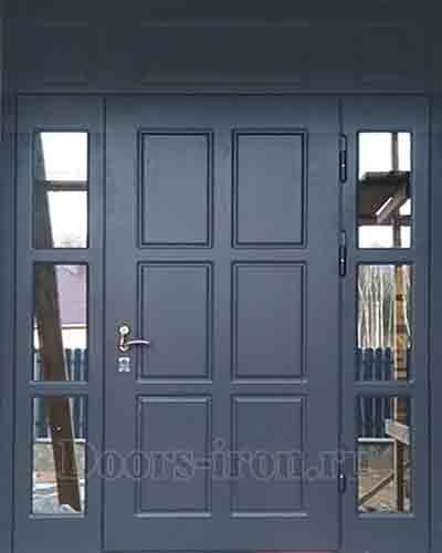 Большая входная дверь с зеркальными вставками