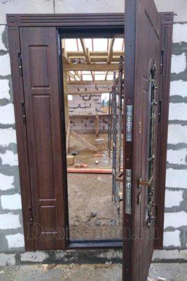 Двустворчатая металлическая дверь со стеклом и отделкой МДФ
