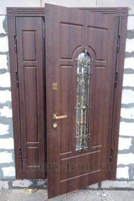 Двустворчатая входная дверь со стеклом в блочный дом