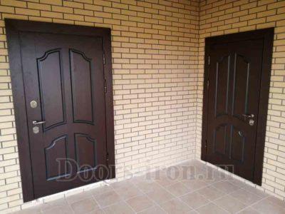 Металлические двери с деревянной отделкой бурого цвета